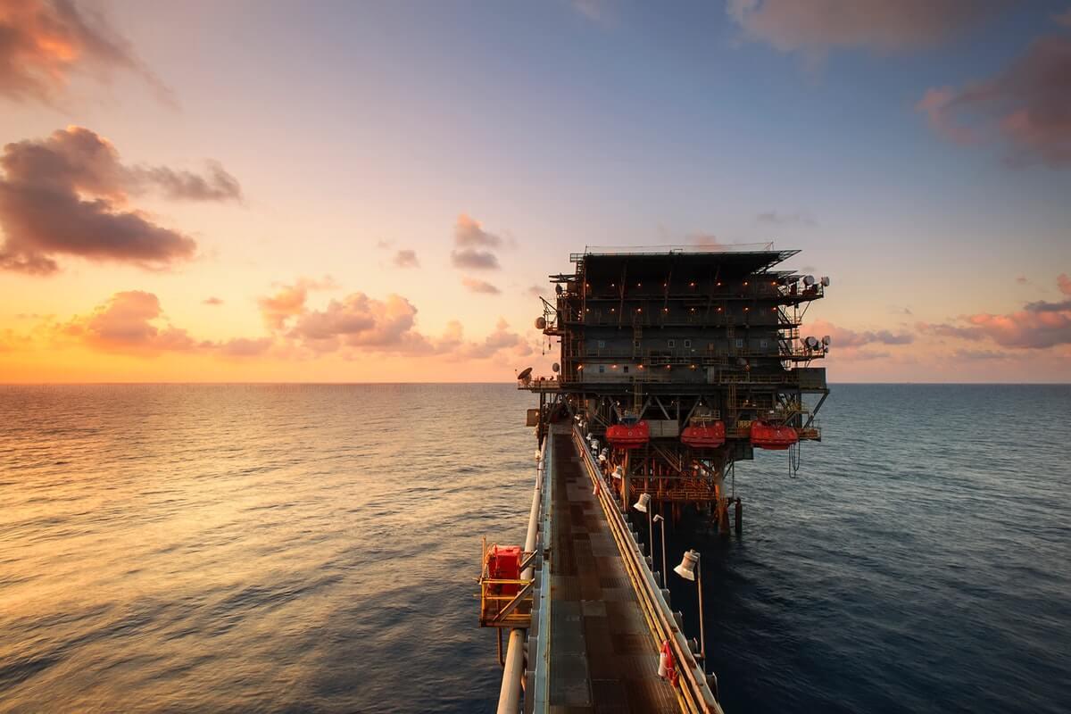 Oil Prices Drop by 3.3% on Weak Economic Data, Crude Stocks Build Image