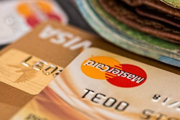 A Charge Card vs. a Credit Card: What's the Difference? Image